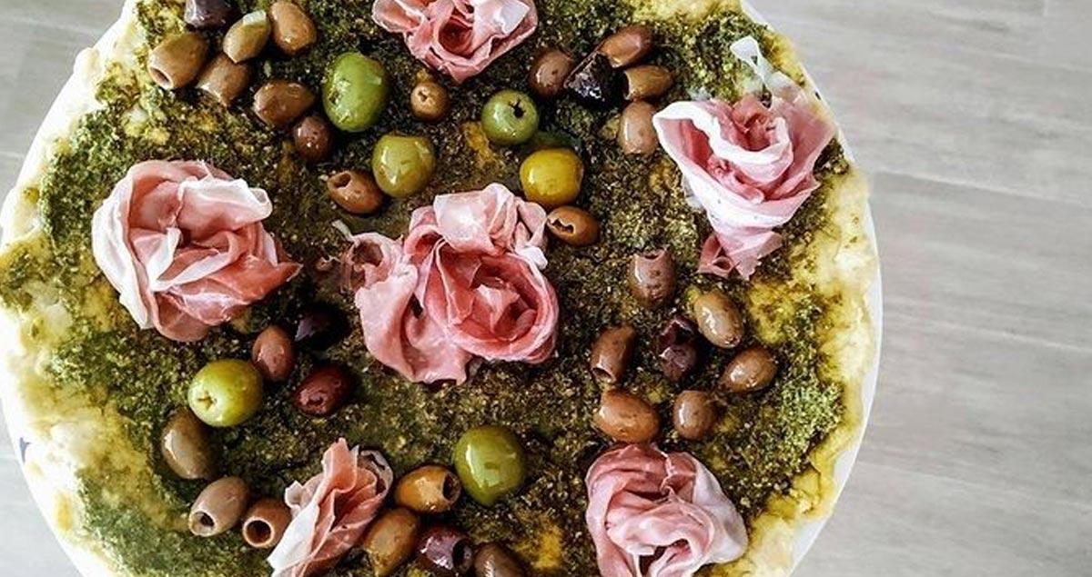 Focaccia-con-olive-rucola-e-prosciutto
