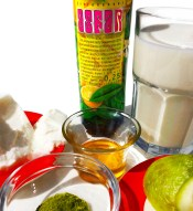 Buttermilch, Joghurt, Olivenblätter, Honig und Zitronenöl sind die Zutaten für eine Olivenblätter-Buttermilch