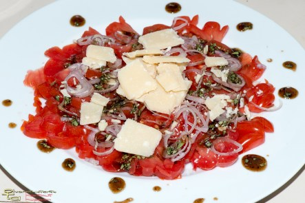 Tomatencarpaccio in Balsamicovinaigrette mit Parmesanspänen