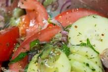 Tomaten Gurken Salat mit eingelegtem Schafskäse