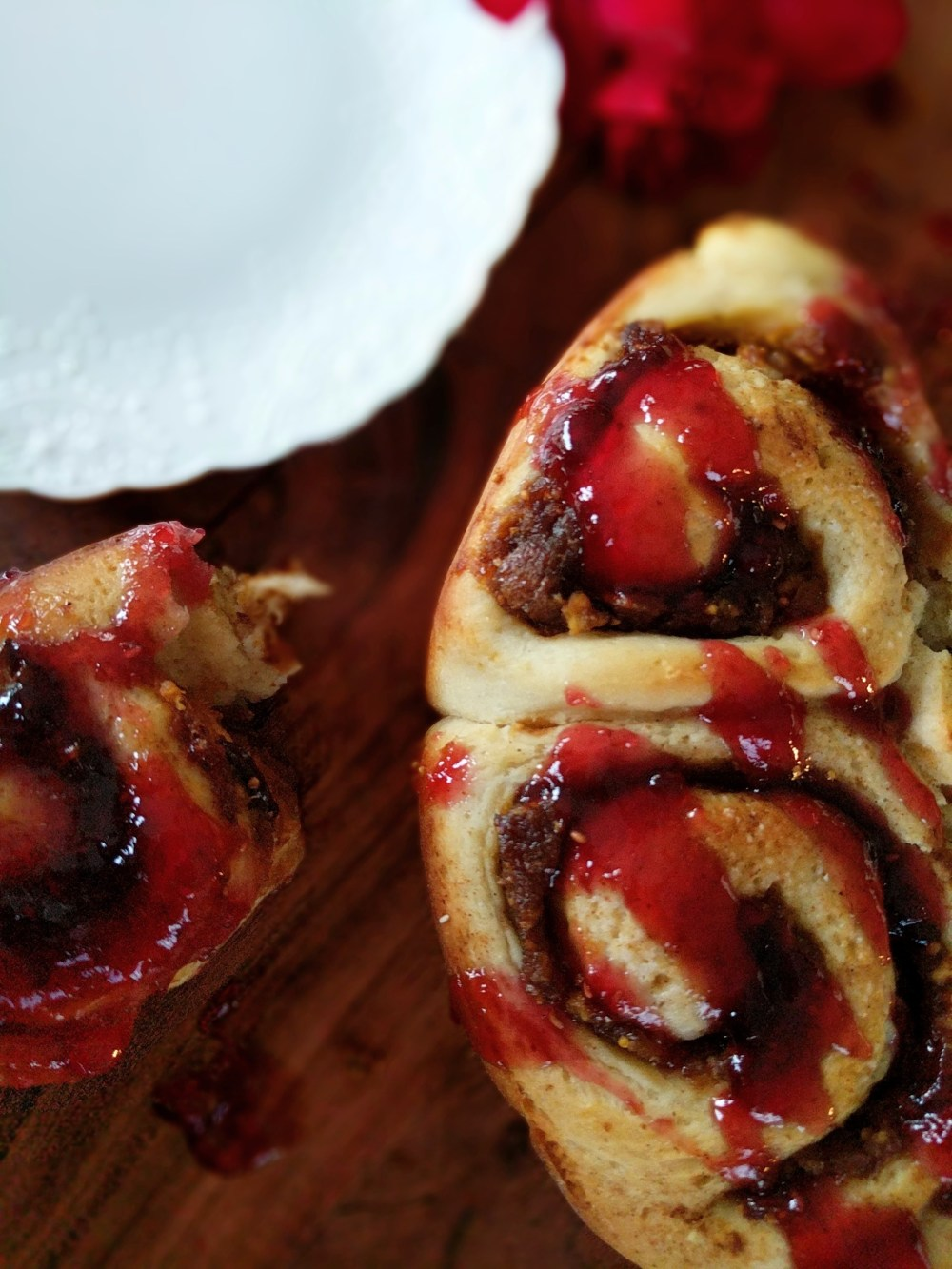 Easy and delicious fig and raspberry scroll