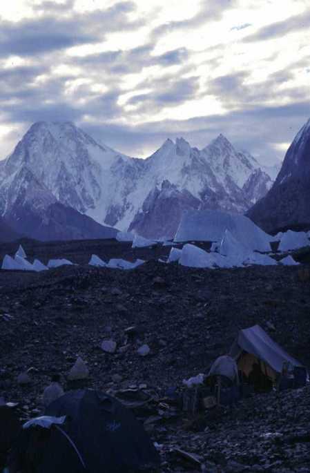 Pénitents à proximité de Goro I (au fond, le Gasherbrum IV, 7925m), le 12 août 1999