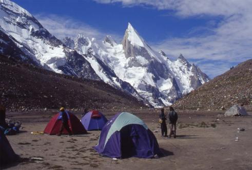 Le Leïla-Pic (6096m) vu du camp de Khuispan, le 16 août 1999