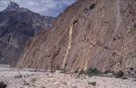 Passage aérien dans une falaise, entre le glacier de Biafo et Jula, le 7 août 1999