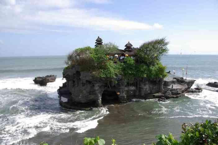 Vue de la partie insulaire du temple de Tanahlot, le 5 juillet 2007