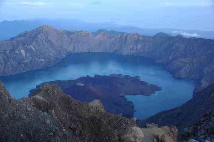 La caldeira et le lac Segara Anak vus depuis le sommet du Rinjani, le 12 juillet 2007