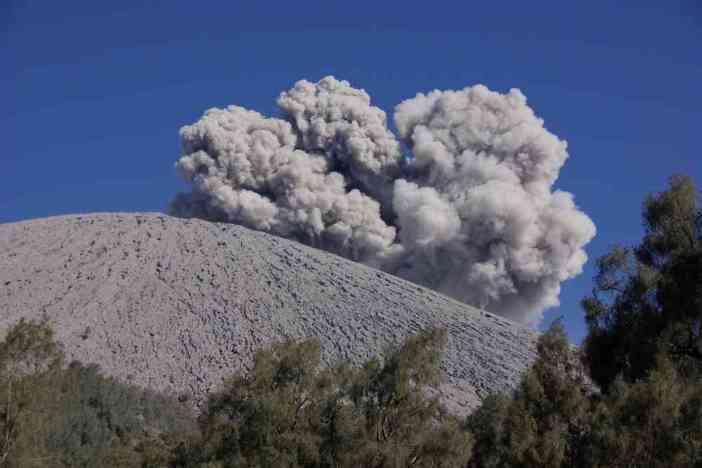 Explosion du volcan Semeru, depuis le camp de Kalimati le 19 juillet 2007