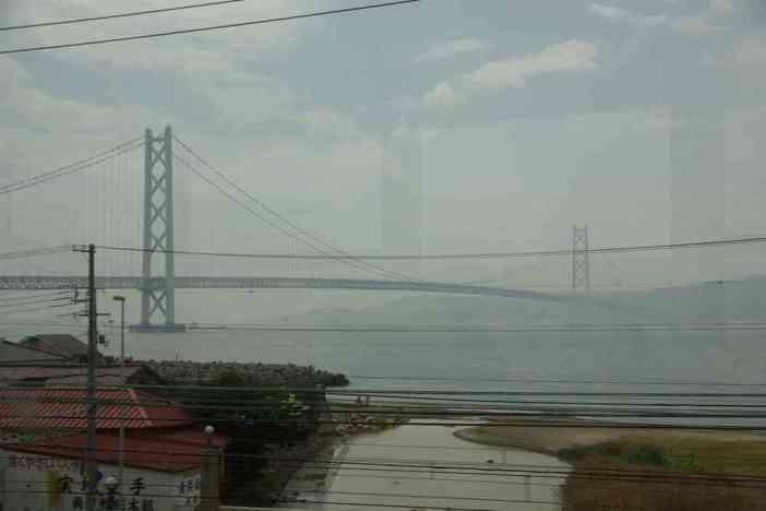 Pont donnant accès à l'île d'Awaji, photographié depuis le train (9 septembre 2007)