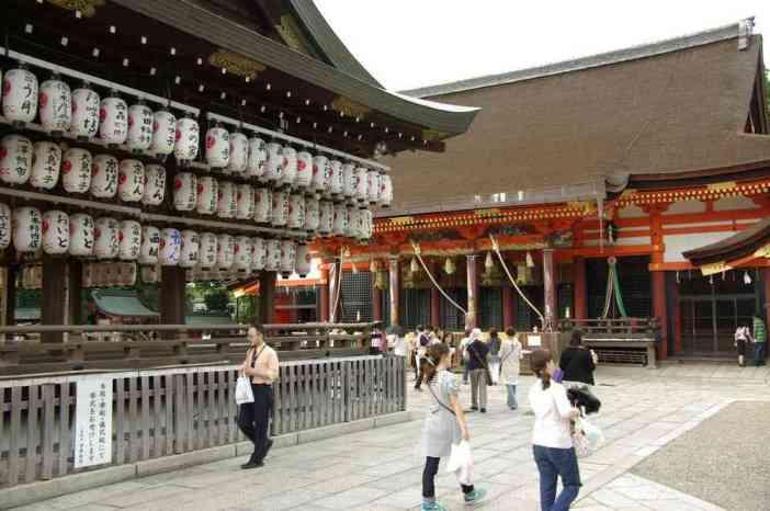 Une vue du sanctuaire de Yasaka dans le quartier de Gion, à Kyōto (15 septembre 2007)
