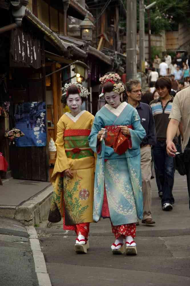 Femmes en kimono (sans doute des geïshas) dans le quartier de Gion (rue Ninsaka), Kyoyo (15 septembre 2007)