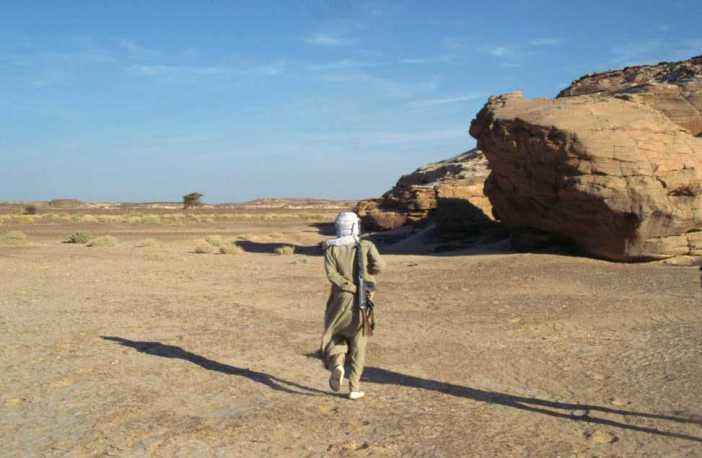 Marche derrière notre guide Senoussi (13 février 1998)