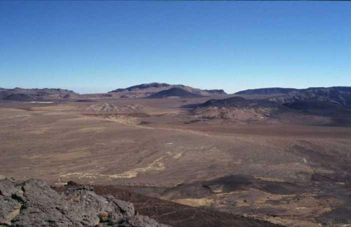 Vue générale du cratère de l'Émi Koussi (19 février 1998)