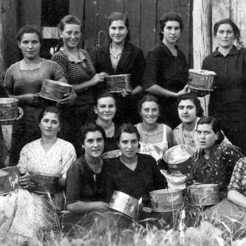 Mulleres traballadoras nunha fábrica de salgado