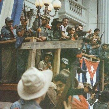 Fidel Castro fala desde un balcón improvisado drapexado con bandeiras cubanas en Santa Clara, a camiño da entrada vitoriosa en Havana. Fotografia: Lee Lockwood / Coleción Life Images / Getty