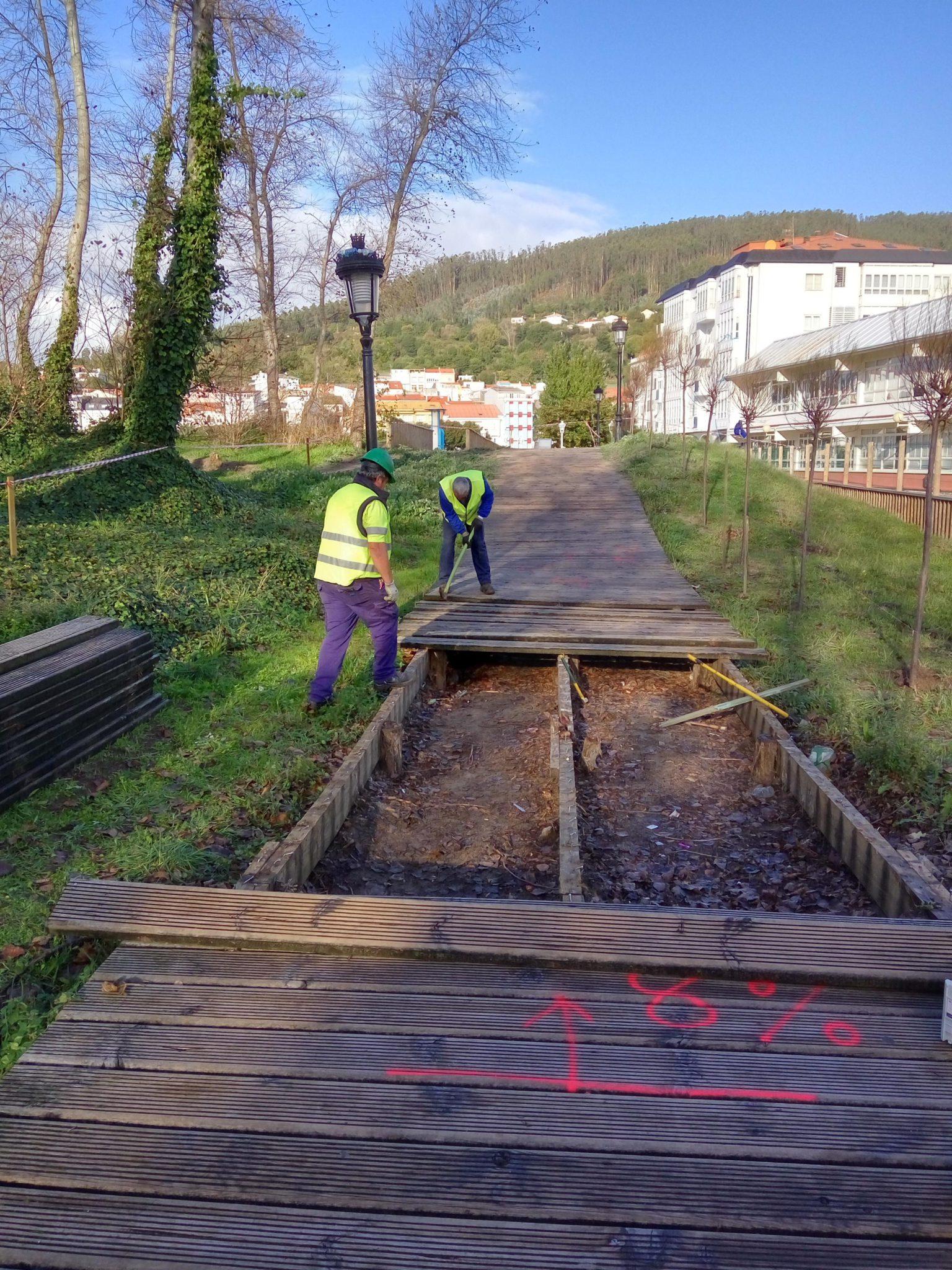 A Demarcación de Costas substitue o estrado de madeira do paseo marítimo de Cedeira