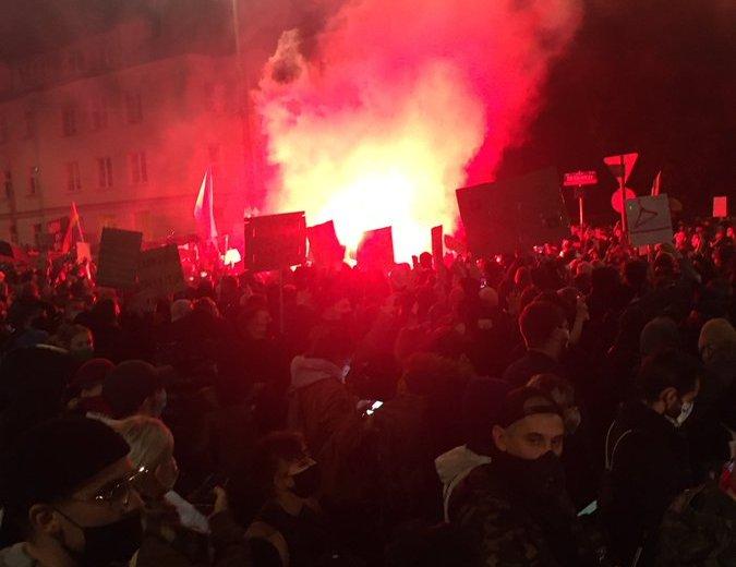 Mobilizações em toda a Polônia para protestar contra a decisão do Tribunal Constitucional de considerar ilegal o aborto por malformação fetal