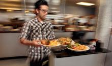 Τρεις εκνευριστικές κινήσεις που κάνουμε όταν τρώμε έξω