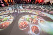 """La Thailandia ha fatto le cose in grande. Si attraversano diverse """"stanze, in ognuna delle quali lo spettatore assiste a show diversi. Qui, nella """"piscina"""", proiezioni a tema cibo."""
