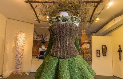 """""""Facing North,"""" sculpture with moss and other natural materials by Lucy Gentry Meltzer, overhead natural wood frame by John Corzine, photo by Scot Whitney"""