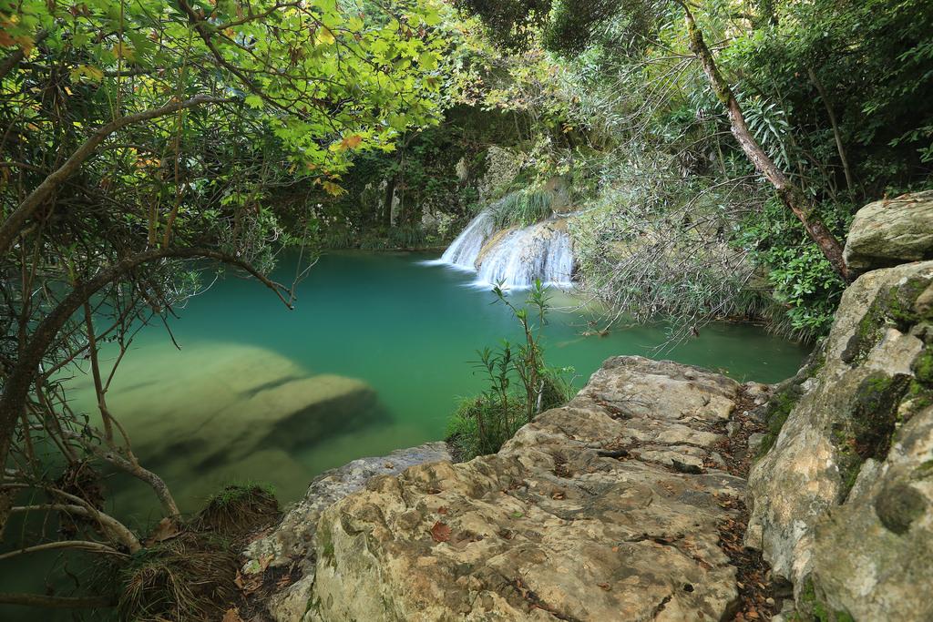 Η Γαλάζια Λίμνη της Ελλάδας Ο παράδεισος με τις φυσικές πισίνες και τους καταρράκτες στην καρδιά της Πελοποννήσου