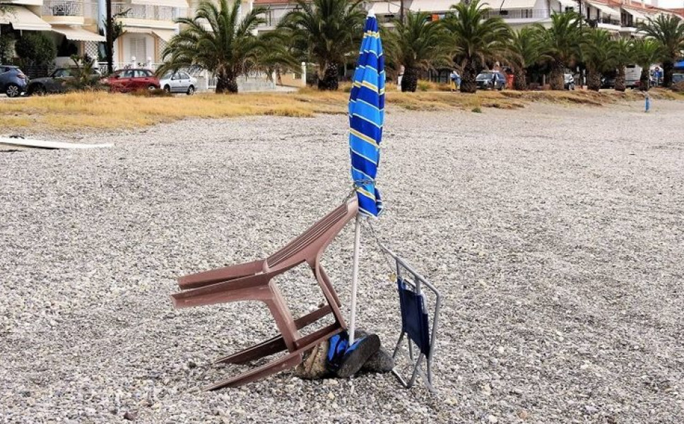 H ελληνική πατέντα για να «καβατζώνουν» θέσεις στην παραλία