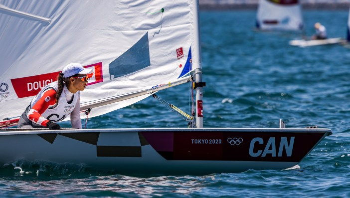 Sarah Douglas in ihrem Boot