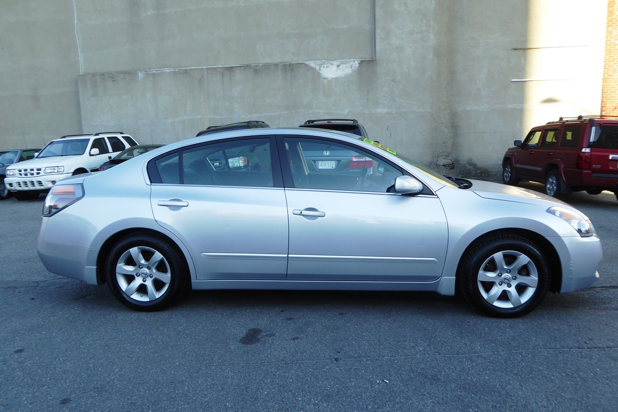 2009 Nissan Altima Sedan right side