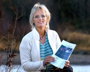 Kristin Bøhle der hun trives aller best, ute i naturen hjemme i Grong i Nord-Trøndelag. Her ved den kjente lakseelva Namsen.