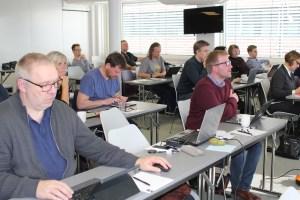 Full konsentrasjon når fylkeskontaktane møtest. Kjetil Bratheland frå Hordaland er midt på biletet i blått, til høgre for han er Helg e Rabaas frå Oppland i grått.