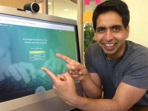 Grunnleggaren av Khan Academy, Salman Khan, framfor den norsk versjonen.