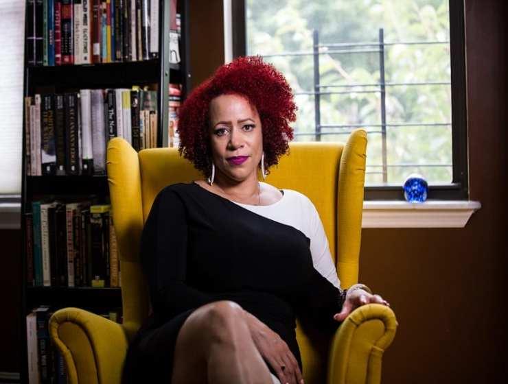 Nikole Hannah-Jones travaille pour le quotidien américain du New York Times, elle y défend les droits civiques des minorités visibles et invisibles