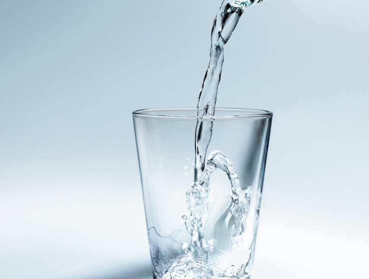 premier plan d'un verre qui est en train d'être rempli