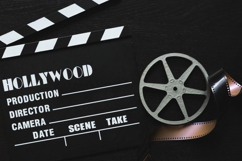 pélicule et clap de cinéma pour projection nocturne