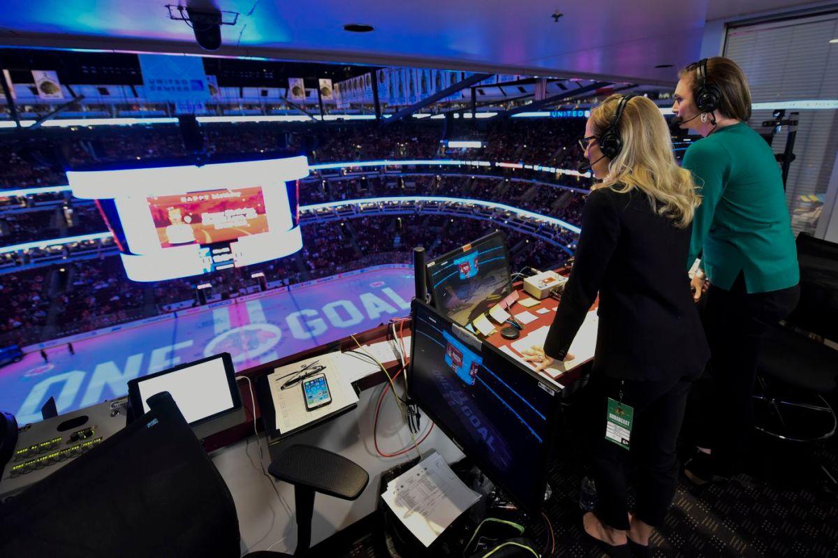 les femmes aux commentaires pour un match de hockeys