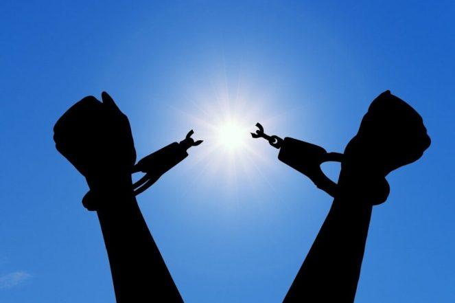 Menottes aux poignets cassées, qui symbolisent la libération de l'emprise du pervers narcissique.