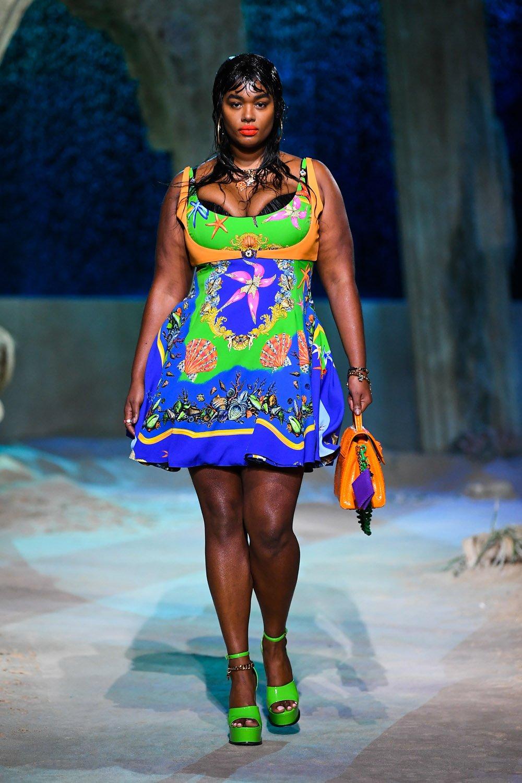 Precious Lee défilant pour Versace pour la saison printemps-été.