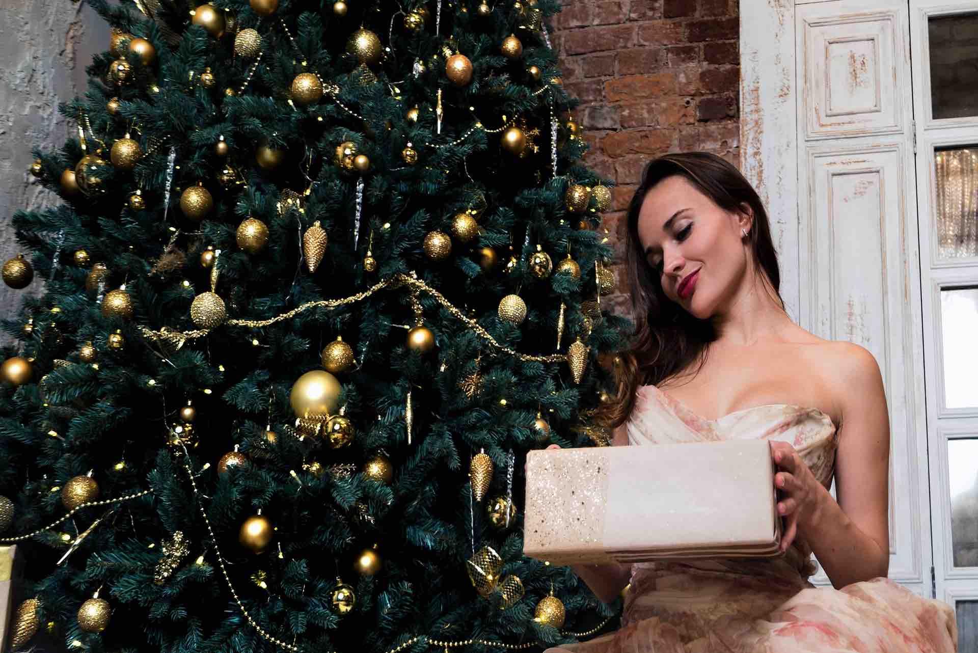 Femme et cadeau de Noël