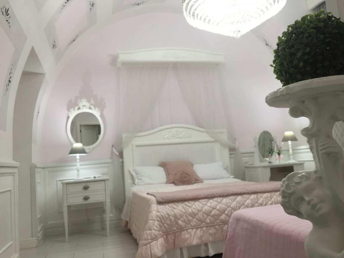 B&B Domus Rosa pink room in Naples
