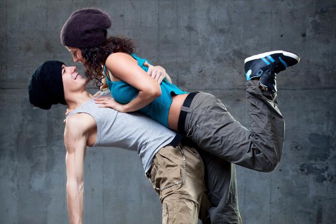Guy táncol egy lánygal