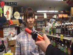 酒屋でバイト中の激カワ貧乳娘がおまんこをハメられてるチューブエイト動画