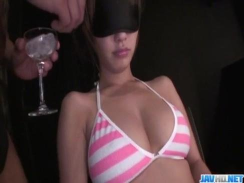 妹系女優の杏樹紗奈が大量のローションを身体に塗られて美乳なおっぱいやおまんこを弄られてる無臭せい動画