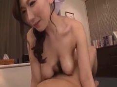 アダルトビデオ女優の佐山愛がぽっちゃりした体で激しいセックスをして潮吹きするおまんこ動画