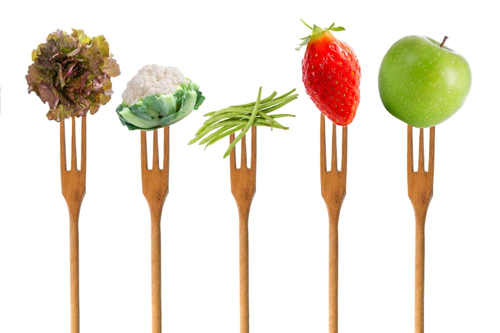 5 fruits et légumes piqués sur des fourchettes en bois