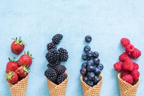 fruits rouges répartis dans des cornets glace pour préparer des sorbets