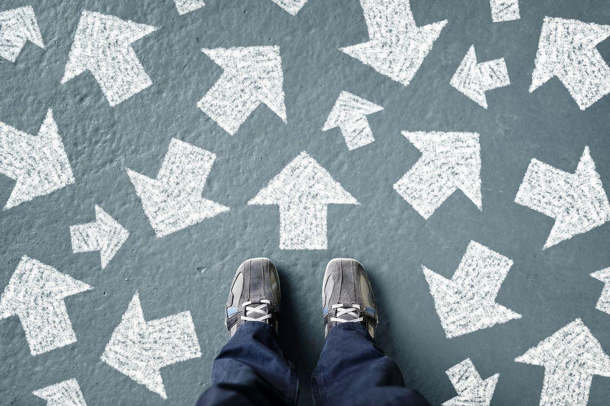 Una persona confundida, no sabe que camino tomar