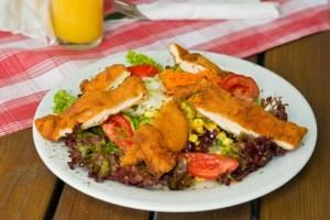 Hühnerstreifen auf Salat