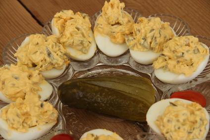 Russische Eier mit Salzgurke und Tomaten