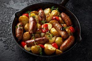 Gemüsepfanne mit Kartoffeln und Bratwurst