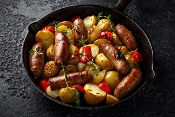 gesundes Gemüsepfanne mit Kartoffel und Bratwurst Gericht