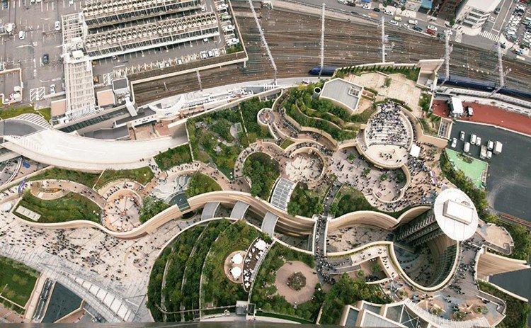Doğal peyzajı ehlileştirmekle meşgul Japonya'nın Osaka kentinde en çok ilgi gören yeni çekim merkezi, Namba Parks adlı doğal bir kanyonu taklit eden çok amaçlı kompleks. (mimari proje: Jerde Partnership)